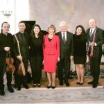 Joachim Gauck umrahmt vom Ensemble Olivinn